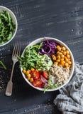 Il vegetariano di verdure Buddha del cece piccante e della quinoa lancia Concetto sano dell'alimento Su una priorità bassa scura fotografie stock