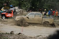 il veicolo automobilistico 4x4Offroad 4wd sta guidando in salita dall'acqua e Fotografie Stock