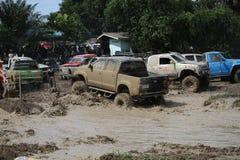 il veicolo automobilistico 4x4Offroad 4wd sta guidando in salita dall'acqua e Immagine Stock Libera da Diritti
