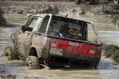 il veicolo automobilistico 4x4Offroad 4wd sta guidando in salita dall'acqua e Immagini Stock