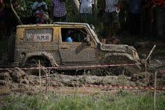 il veicolo automobilistico 4x4Offroad 4wd sta guidando in salita dall'acqua e Fotografia Stock