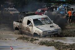 il veicolo automobilistico 4x4Offroad 4wd sta guidando in salita dall'acqua e Fotografia Stock Libera da Diritti