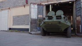 Il veicolo da combattimento della fanteria dell'esercito lascia la scatola della riparazione Attrezzatura militare stock footage