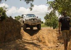 Il veicolo Toyota Hilux della trazione integrale è fare fuori strada Fotografia Stock
