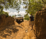Il veicolo Toyota Hilux della trazione integrale è fare fuori strada Fotografie Stock Libere da Diritti