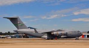 Il velivolo del C-17 Globemaster III prepara per il volo immagini stock