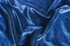 Il velluto blu piega il fondo di struttura fotografia stock