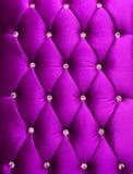 Il velluto di cotone porpora della tappezzeria ha decorato con i cristalli come struttura a Immagini Stock