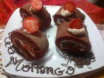 Il velluto rosso rotola con le fragole e la crema Immagine Stock