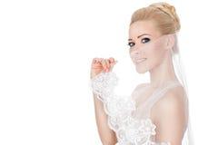 Il velo della sposa copre il suo fronte. Immagine Stock