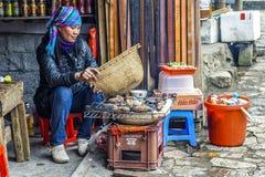 Il venditore ambulante arrostisce col barbecue le patate dolci e più Fotografia Stock