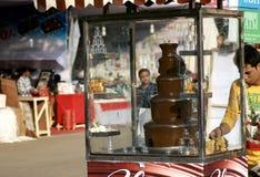 Il venditore ambulante indiano produce gli alimenti a rapida preparazione Immagine Stock Libera da Diritti
