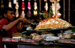 Il venditore ambulante indiano produce gli alimenti a rapida preparazione Immagini Stock Libere da Diritti