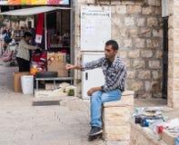 Il venditore ambulante vende i giocattoli del ` s dei bambini nella vecchia città di Nazaret in Israele Immagine Stock