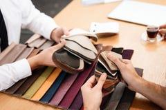 Il venditore mostra i campioni dei materiali per mobilia fotografia stock