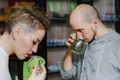 Il venditore offre odorare il tè al cliente Fotografia Stock Libera da Diritti