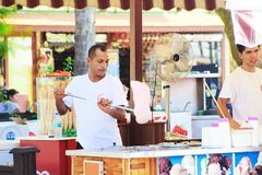 Il venditore turco del gelato lavora in via di Costantinopoli а fotografia stock