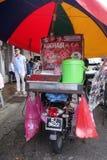 Il venditore vende Muar Chee sulla via a Penang, Malesia fotografia stock