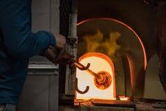 Il ventilatore di vetro riscalda la lampadina di vetro in fornace Fotografie Stock Libere da Diritti