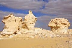 Il vento ed il sole hanno modellato le sculture dei calcari in deserto bianco, Egitto fotografia stock libera da diritti