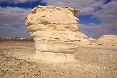 Il vento ed il sole hanno modellato le sculture dei calcari in deserto bianco, Egitto fotografia stock