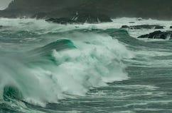 Il vento fortissimo ed il grande rigonfiamento portano le grandi onde alla costa dell'Oregon fotografia stock