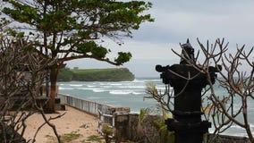 Il vento scuote gli alberi e prende un'onda nell'oceano video d archivio