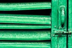 Il verde acceca la porta con la serratura Fotografie Stock