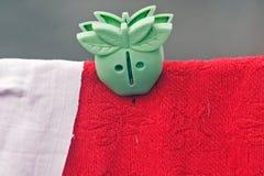 Il verde copre il perno con la coperta rossa fotografia stock libera da diritti