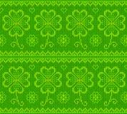 Il verde del giorno di Patrick ha tricottato il maglione con il trifoglio Fotografia Stock