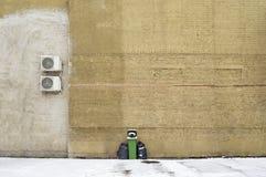 Il verde ricicla il recipiente vicino al grande muro di mattoni Fotografie Stock