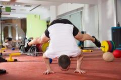 Il verticale di forma fisica di Crossfit spinge aumenta l'allenamento dell'equilibrio Fotografia Stock