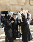 Il vescovo copto visita il santo sotterra a Gerusalemme Fotografie Stock