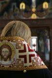 Il vescovo ortodosso sta pregando davanti all'altare Immagini Stock