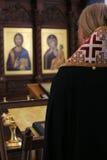 Il vescovo ortodosso sta pregando davanti all'altare Immagine Stock Libera da Diritti