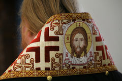 Il vescovo ortodosso sta pregando davanti all'altare Fotografie Stock Libere da Diritti