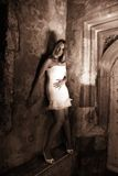 Il vestito bianco nella seppia Fotografia Stock