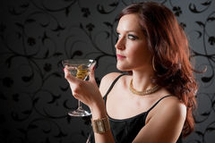 Il vestito da sera della donna del partito di cocktail gode della bevanda Immagini Stock Libere da Diritti