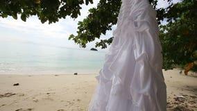il vestito da sposa bianco appende sull'isola video d archivio