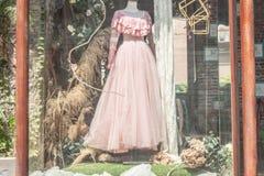 Il vestito da sposa in un armadietto fotografia stock