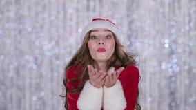 Il vestito della ragazza in rosso della ragazza della neve invia un bacio dell'aria Priorità bassa di Bokeh Fine in su stock footage