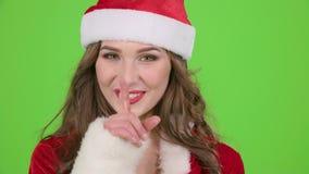 Il vestito della ragazza in rosso della ragazza della neve rimprovera ed indica il suo dito un poco più tranquillamente Schermo v archivi video