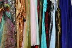 Il vestito delle donne su uno scaffale Immagini Stock