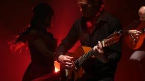 Il vestito di filatura dalla donna si evolve da un ballo di flamenco Luce da dietro Fumi la priorità bassa Movimento lento video d archivio