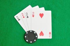 Il vestito differente delle carte di numero 2 in una piattaforma delle carte Fotografie Stock