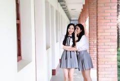 Il vestito grazioso cinese asiatico adorabile dello studente di usura di due ragazze nei migliori amici della scuola sorride conv Fotografia Stock Libera da Diritti