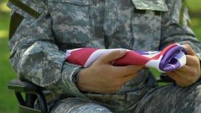 Il veterano della guerra che tiene la bandiera di U.S.A., è venuto al funerale di comandante, di onore e di gloria video d archivio