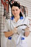 Il veterinario della donna sceglie il collare ed il guinzaglio Fotografia Stock Libera da Diritti