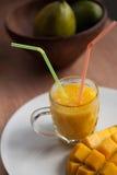 Il vetro del frullato casalingo del mango Fotografia Stock