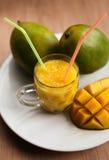 Il vetro del frullato fresco del mango Immagini Stock Libere da Diritti